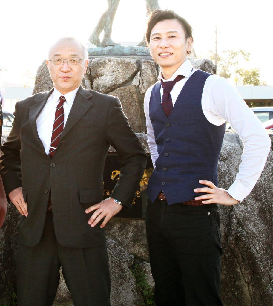 写真左は嘉瀬小の江口校長先生、右は德丸英器さん